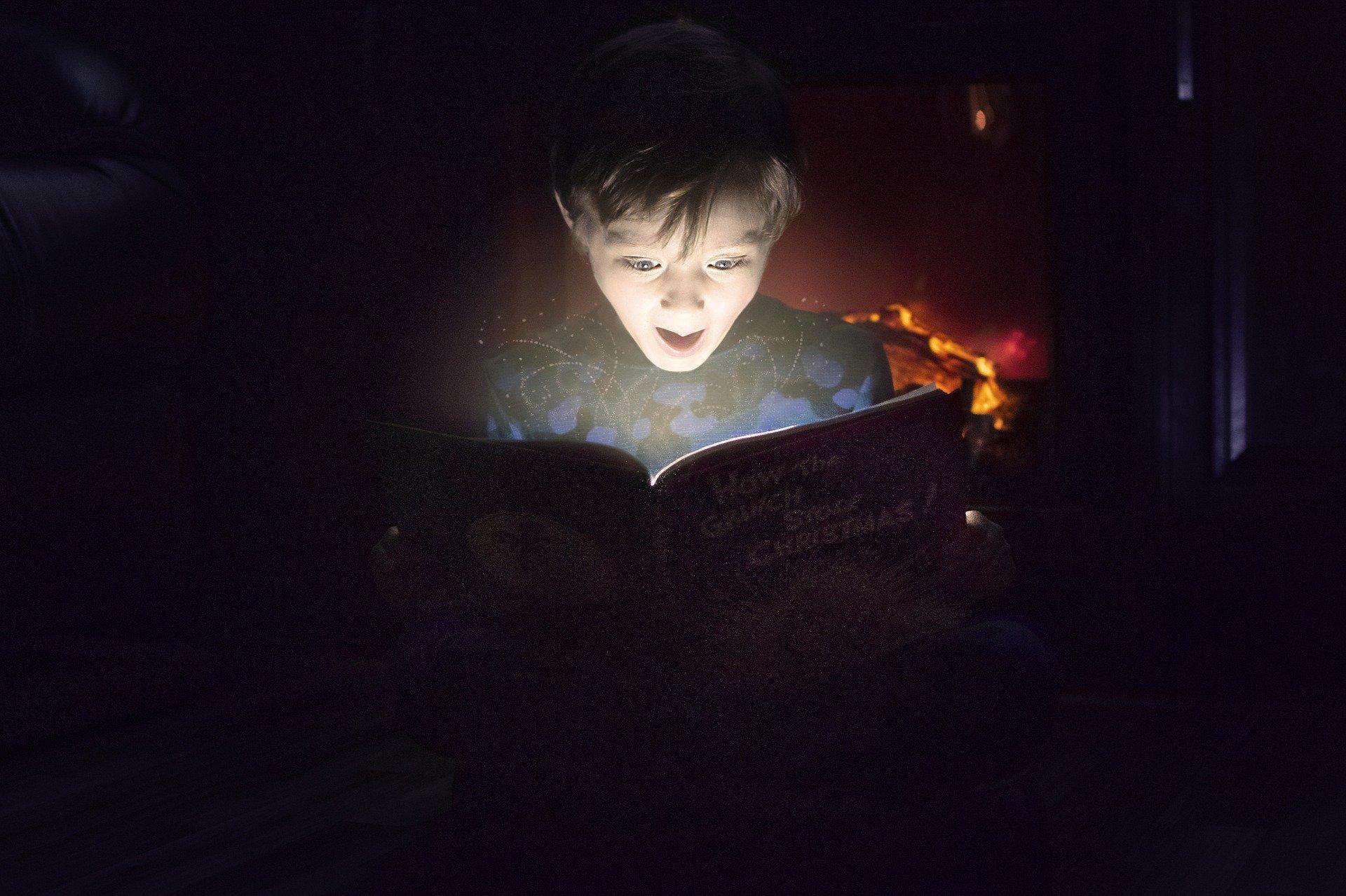 Enfant qui lit un livre ouvert